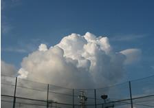 コートから眺めた積乱雲